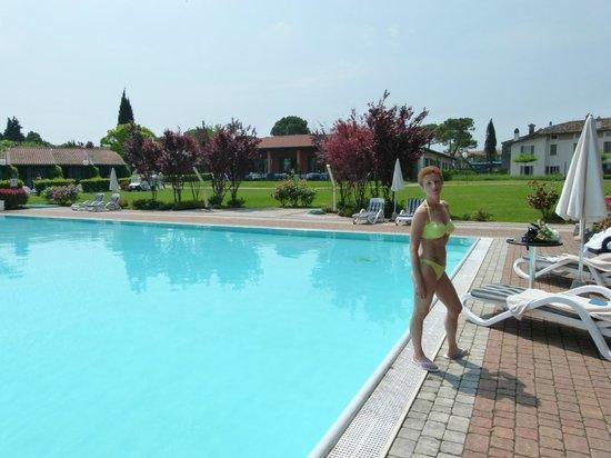 Relais Sant'Emiliano - Conference & Leisure: la piscina estera, nel bel giardino riva lago