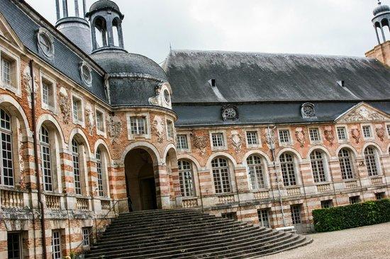 La Maison d'Hocquincourt : Nearby is the Chateau de Saint Fargeau