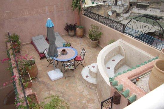 Riad Tara Hotel & Spa : terrazza con vasca per hammam