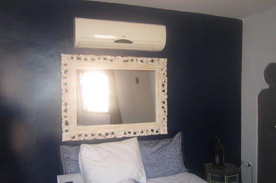 Riad Tara Hotel & Spa: condizionatore sopra al letto