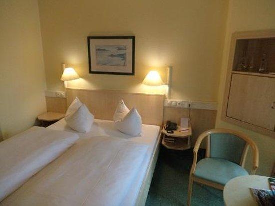 IntercityHotel Hamburg-Altona : 部屋は清潔感があります。
