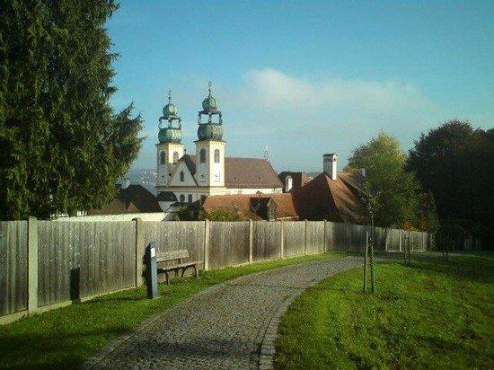 Wallfahrtskirche und Paulinerkloster Mariahilf: Klster aus der Ferne.