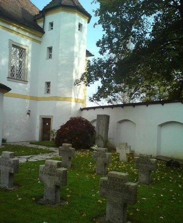 Wallfahrtskirche und Paulinerkloster Mariahilf: zugang zum Friedhof.