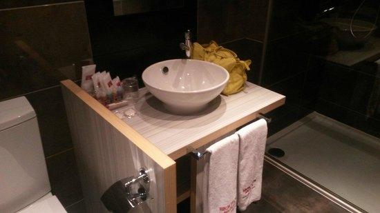 Petit Palace Santa Barbara: El baño muy completo. La ducha muy buena.