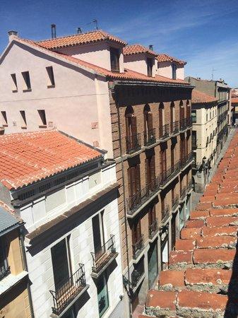 Hotel Palacio de Valderrabanos: Номер 310 - вид на черепичные крыши. А вообще там загорать можно)