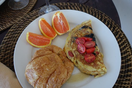Tres Sirenas Beach Inn: Just one of many great breakfasts