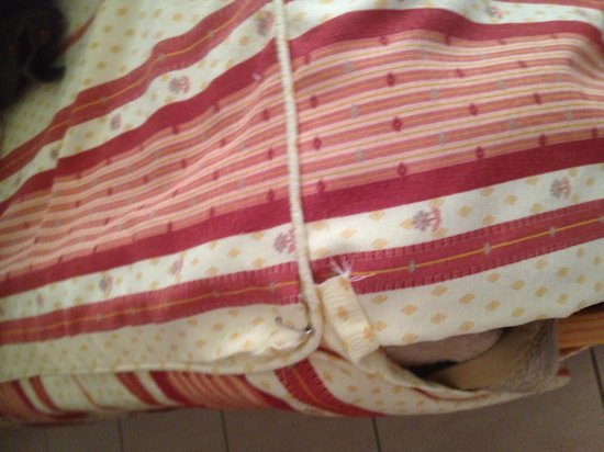 Parque Mourabel Apartments : Bedclothes pinned together