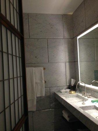 Hotel Cafe Royal: bathroom
