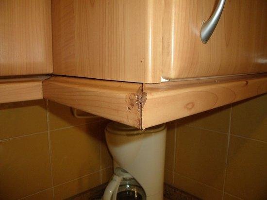 Hotel Chatur Playa Real : kitchen cupboard