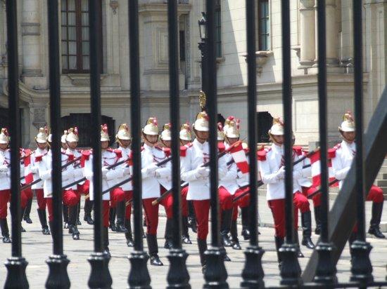 Plaza de Armas (Plaza Mayor): Cambio de Guardia, Palacio