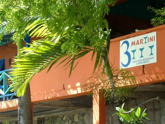 3 Martini Beach Bar Restaurant and Apartments: insegna