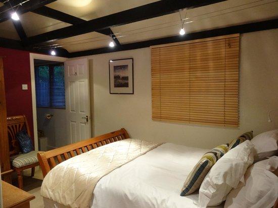 Bothy in Grayshott: A very comfortable bedroom