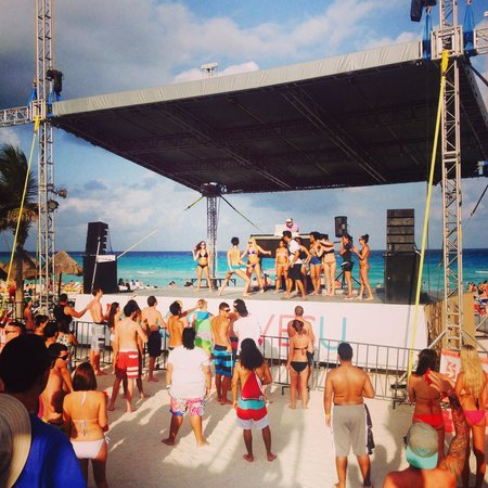 Grand Oasis Cancun: Beech live music
