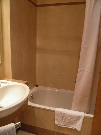 The New Algarb Hotel: vasca da bagno