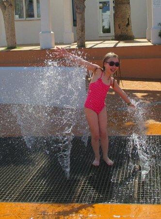 Gavimar Ariel Chico Club Resort: Sprinklers at the pool