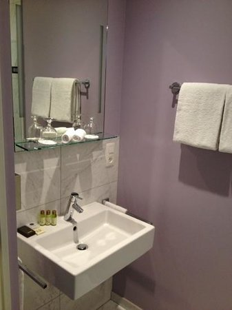 Pillows Grand Hotel Place Rouppe: Bad mit Dusche