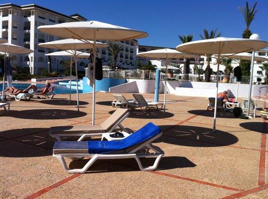 El Mouradi Palm Marina: Ligbedden bij zwembad