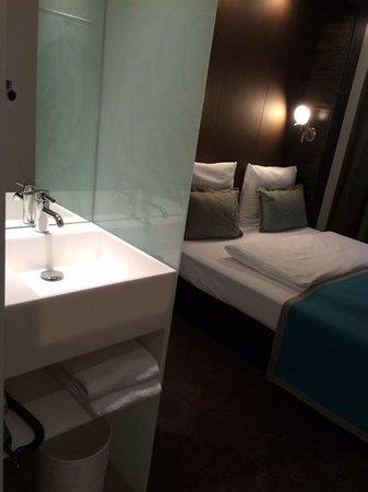 Motel One Frankfurt-Niederrad: Waschbecken im Zimmer