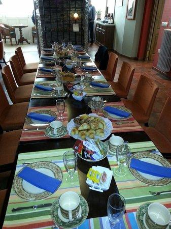 Hotel Casa Soto: Mesa preparada para desayuno del grupo.