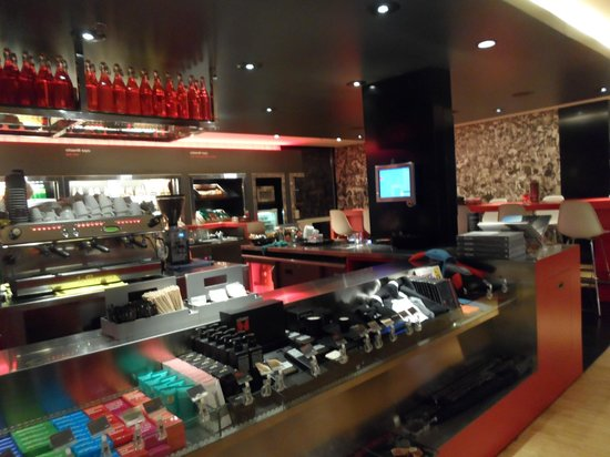 citizenM Amsterdam: Cafe open 24/7