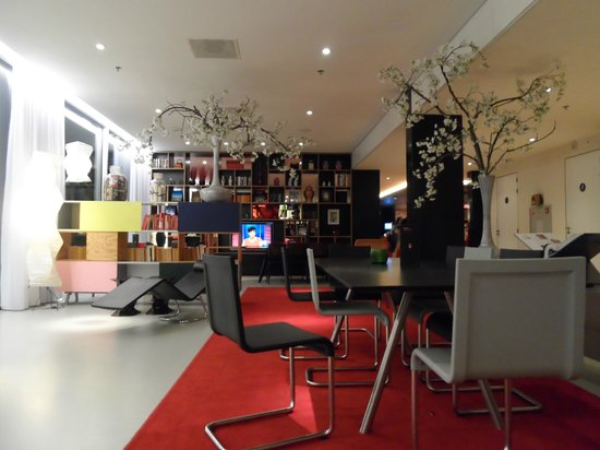citizenM Amsterdam: Lounge/Hangout Areas