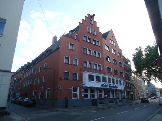 Hotel Lyskirchen: L'entrée de l'hôtel sur la rue principale