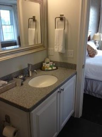 Ocean House Hotel at Bass Rocks: modern, immaculate bathroom with great Jacuzzi tub