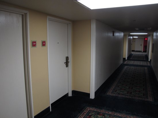 Governors Inn Hotel: the corridor