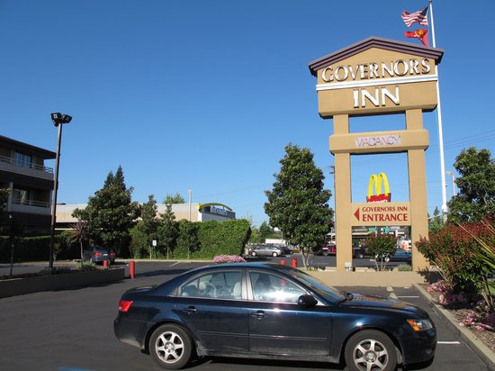 Governors Inn Hotel: parking lot