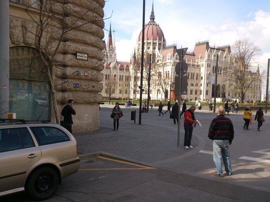 Parlement : Budapest - Parlamentsgebäude (Országház) - seen from Vértanúk tere