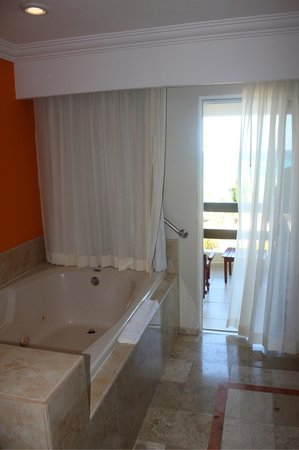 El Dorado Royale, by Karisma: Jacuzzi bath room 5525 sensi mar (ocean view)