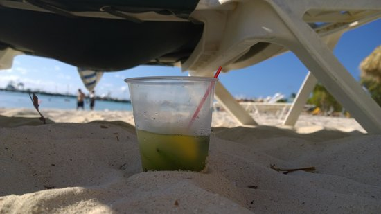 Holiday Inn Resort Aruba - Beach Resort & Casino: Mojito in the sand
