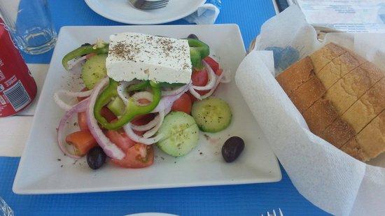Fanari Restaurant: salada grega e pão