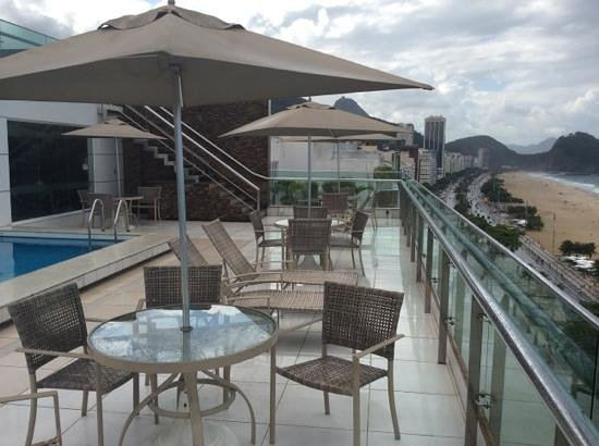 Arena Copacabana Hotel: roof top terrace with small gym and steam room back left