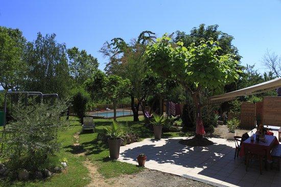 L'Entre Garonne et L'Olivier: Vue globale à l'entrée du jardin