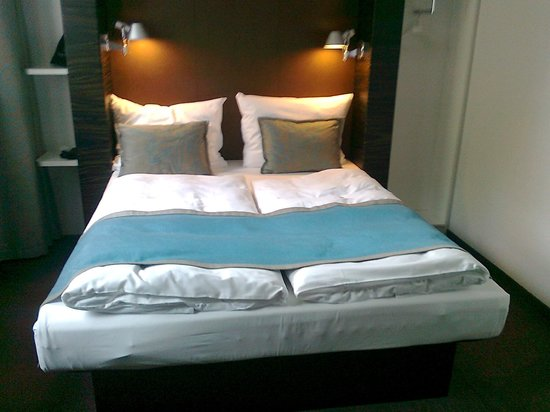 Motel One Edinburgh-Royal: Very comfy bed with two single quilts