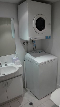 BreakFree Adelaide: Bathroom: laundry facilities, very compact