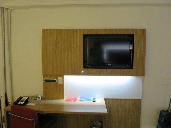 Novotel Brisbane: Novel-typsicher Fernseher mit Schreibtisch