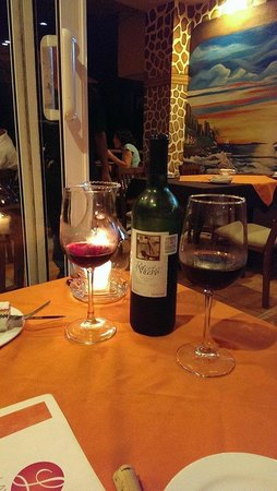 Layla's Restaurante: Mexican wine at dinner.