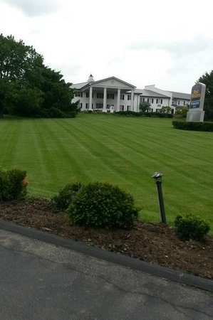 Best Western Parkside Inn: View from the highway