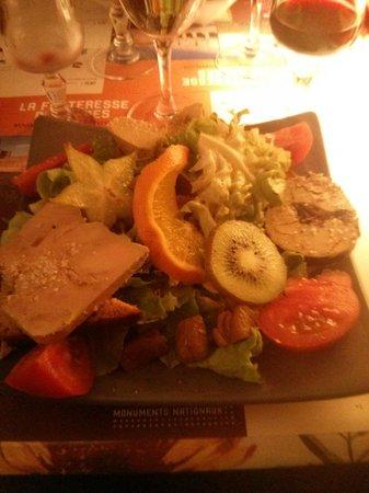 La Cotte de Mailles: L'entrée : Salade aux trois foies gras sur pain d'épice, très copieuse et délicieuse.