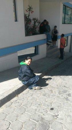 Hostal Guapulo Inti: Afuera de la posada agarrando solsito =D
