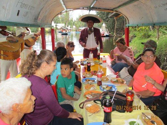 Xochimilco : en la trajinera almorzando