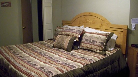 Riverview Pines : King bed, odd angle in room