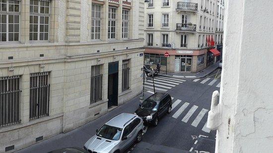 Hotel Cluny Sorbonne : Vista da janela do apartamento 24, de frente para a rua