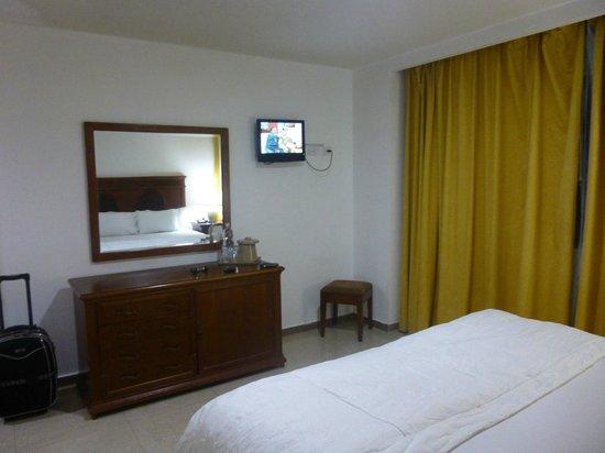 Dunes Hotel & Beach Resort: Habitación, TV minimo