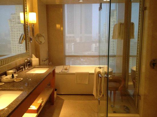 Four Seasons Hotel Mumbai: That bathtub!