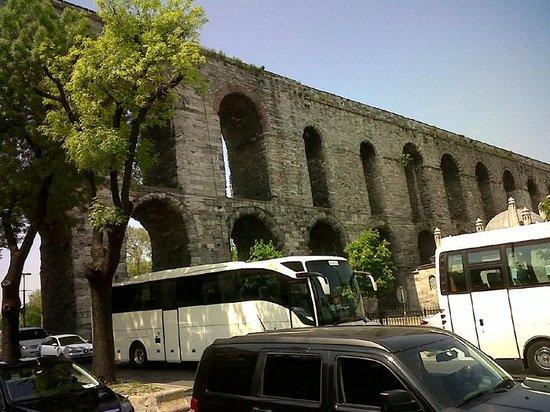 Historic Areas of Istanbul: La zona donde se encuentra es muy transitada ya que existen despachos gubernamentales cerca.