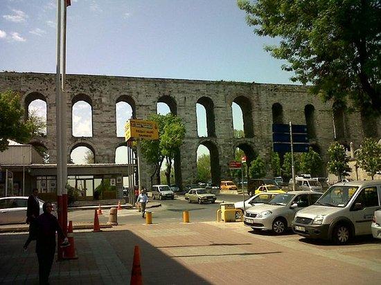 Historic Areas of Istanbul: Tiene 64 m de altura desde el nivel del mar y 20 m desde su base. En su origen tenía 1 km de lon