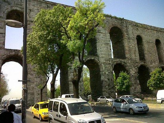 Historic Areas of Istanbul: Como pueden ver debajo de sus arcos transitan buses y otros vehículos pesados poniéndola en plel